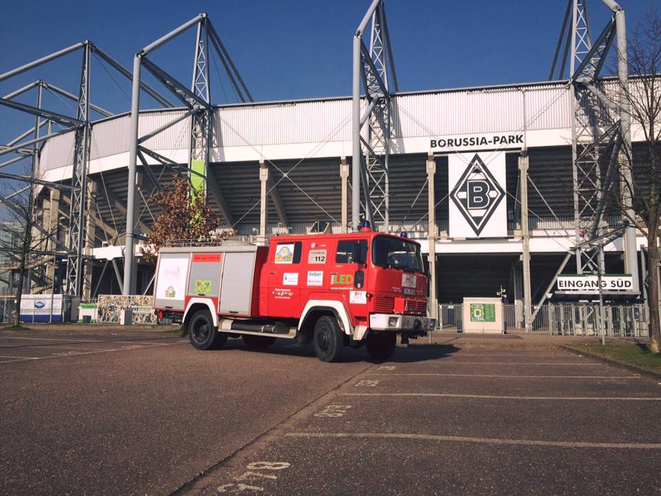 Team BorderCross Feuerwehr vor Borussen-Stadion
